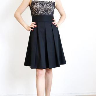 Платье черное с бежевой вставкой.