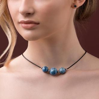 Кожаное ожерелье с голубыми бусинами из керамики - ручной работы