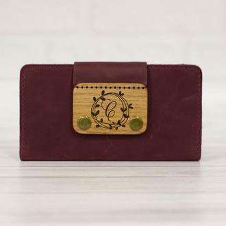 Вместительный кожаный кошелек  для женщины. Портмоне с деревянной пряжкой и гравировкой. Подарок