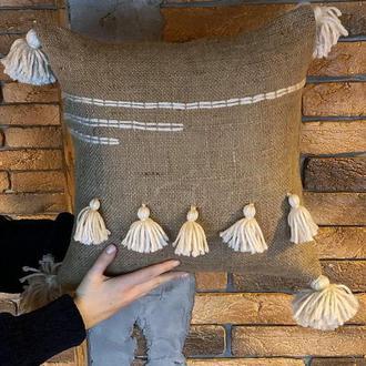 Стильная декоративная подушка из мешковины