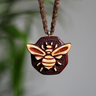 Кулон пчела из дерева.Глянцевый лак.Подарок девушке.Подарок детям