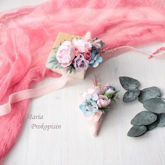 Набор свадебных украшений: бархатная бутоньерка и браслет в розово-сиренево-голубом цвете.