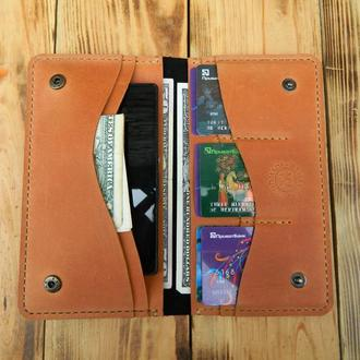 Кожаный кошелек выполнен в интересном сочетании двух цветов