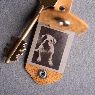 Кожаный брелок с гравировкой фото и тиснением инициалов