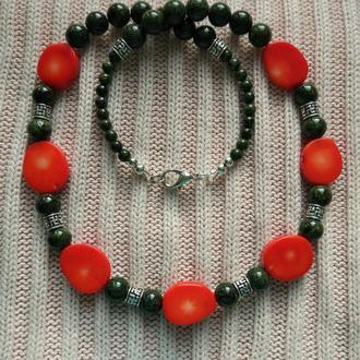 Ожерелье с серьгами из коралла и змеевика