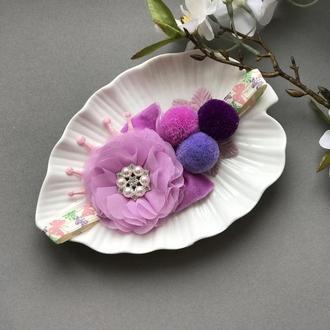 Повязочка фиолетовая с цветком и помпонами