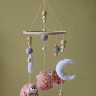 Мобиль детский овечки и 2 луны розовый с белым мобиль на кроватку