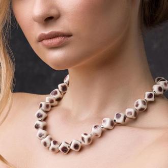 """Бело-бордовое ожерелье из керамики """"Calla Picasso"""" ручной работы"""