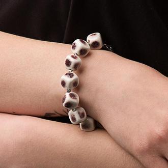 """Бело-бордовый браслет из керамики """"Calla Picasso"""" ручной работы"""