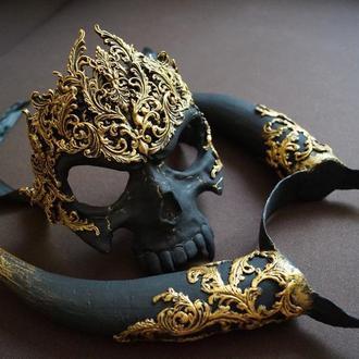 Маска-череп и рога в стиле барокко и готики.