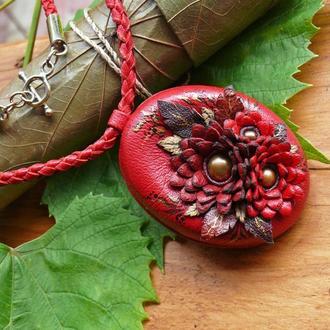Красный кулон из натуральной кожи с золотистым жемчугом