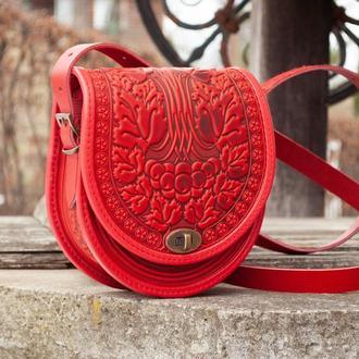 Красная сумка из натуральной кожи через плечо с орнаментом тиснением