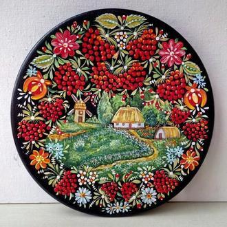 Декоративная деревянная тарелка сюжетная, авторская ручная роспись. Петриковская роспись.