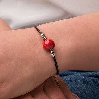 Кожаный браслет с красной бусиной из керамики, ручной работы