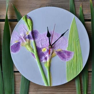 Настенные часы с оттисками цветов ириса.