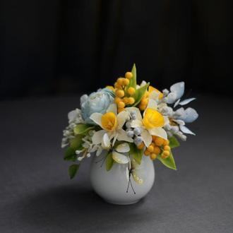 Подарочная композиция с цветами и бабочками.