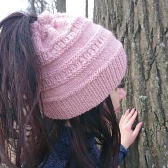 Женская шапка с отверстием для хвоста - нежно-розовая шапка с дыркой для волос