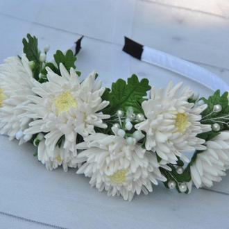 Обруч с белыми хризантемами Ободок цветочный для девочки в школу