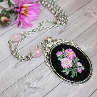 Сиреневый кулон с розовым кварцем Длинный кулон с цветами на цепочке Хризантемы
