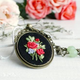 Длинный кулон с розами Нарядный красный кулон с цветами Нефрит, ручная вышивка