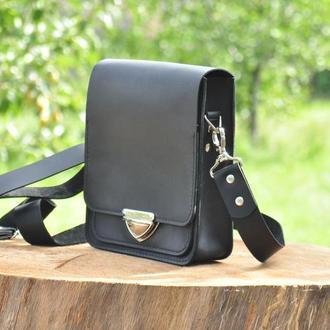 Классическая сумка через плечо с одним большим отделением и карманами