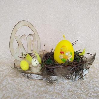 Пасхальный подсвечник со свечой в форме яйца.