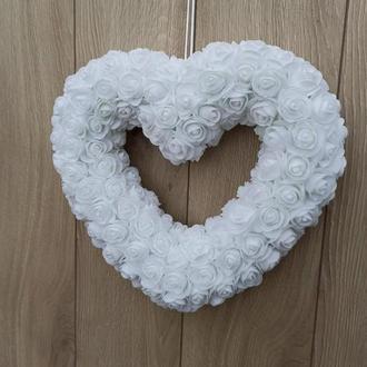 Белое сердце, покрытое розами для декора свадьбы, свадебной церемонии, дня Валентина и др.