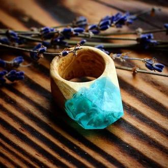 Женское кольцо из дерева и смолы