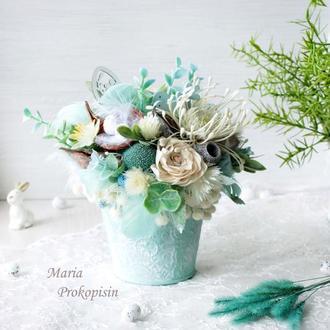 Пасхальна композиція з квітами у відерку.