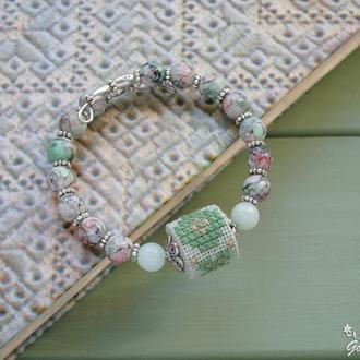 Этно браслет на руку с ручной вышивкой, нефритом и стеклянными бусинами на проволоке с памятью