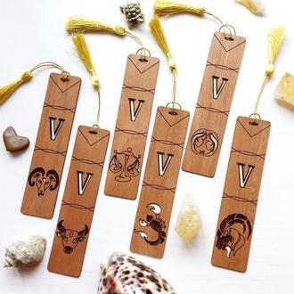 Закладки из дерева со знаком Зодиака и заглавной буквой имени.