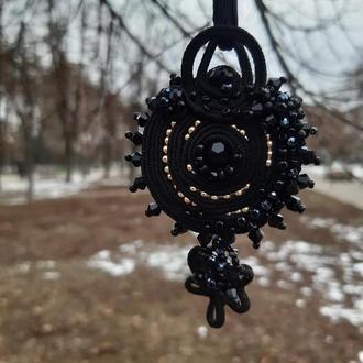 Черный кулон из сутажного шнура