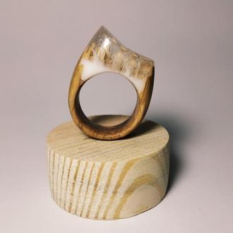 Интересное кольцо из эпоксидной смолы.