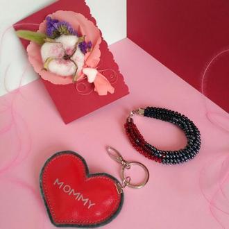 """Подарочный набор для мамы на день рождения """"Mommy Red"""" брелок браслет открытка"""
