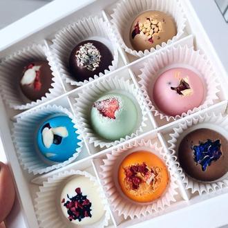 Радужные конфеты из разных видов шоколада