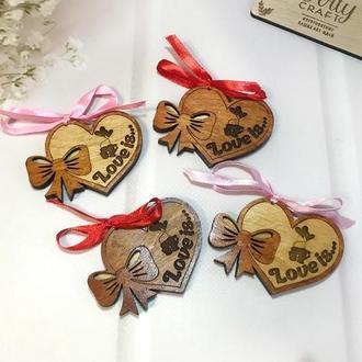 Деревянные сувениры-сердечки с пожеланиями на 8 марта