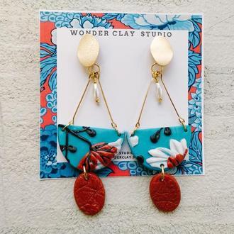Длинные голубые  / кирпичные серьги с белыми цветами и золотой фурнитурой