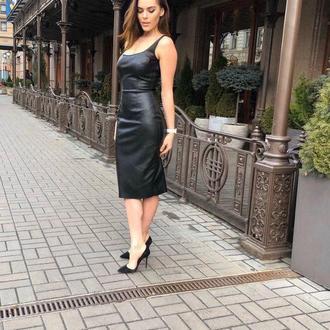 Платье-футляр по фигуре из итальянской эко кожи на бретелях
