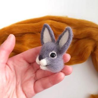 Брошь зайчик.Кролик войлочная брошка.