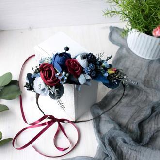 Венок с цветами в бордово-синем цвете.