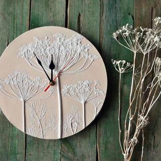 Настенные часы с оттисками приятного укропа.