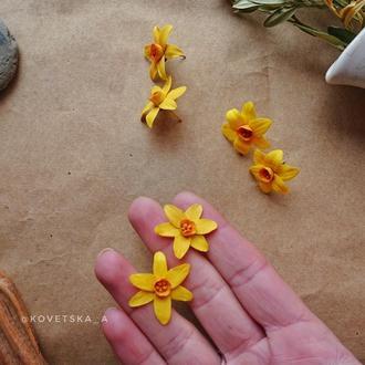 Серьги-гвоздики с цветами нарцисса из полимерной глины