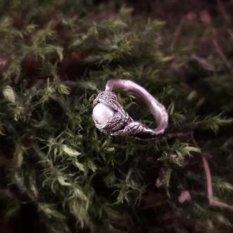 Кольцо с жемчугом в серебре на дубовой основе  и натуральных листьях