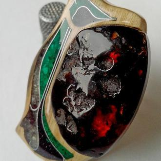 Перстень из грецкого ореха с янтарем