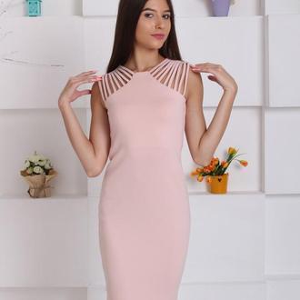 Силуэтное пудровое платье