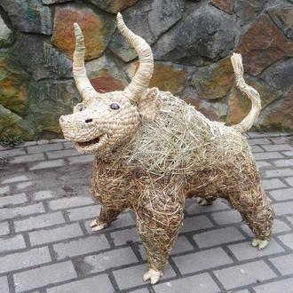 Бык из рогоза, садовая скульптура