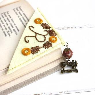 Именная закладка на уголок Закладка для книг из фетра Вышитая закладка с яшмой Подарок для швеи