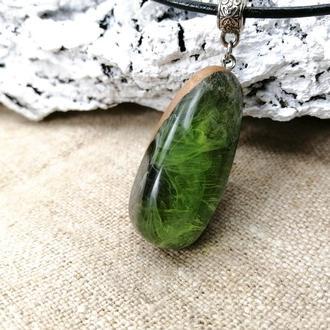 Зеленая подвеска из древесины дубового капа и ювелирной смолы