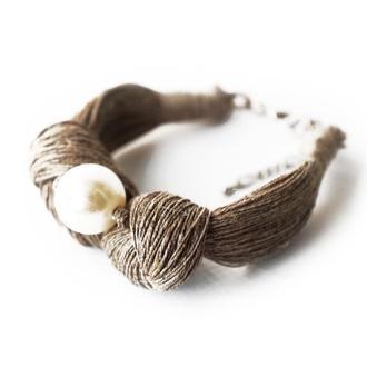 Летний браслет из льняной нити с перламутровой бусиной.