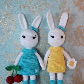 Пара вязаных зайчат в подарок для племянницы, игрушка белые кролики амигуруми